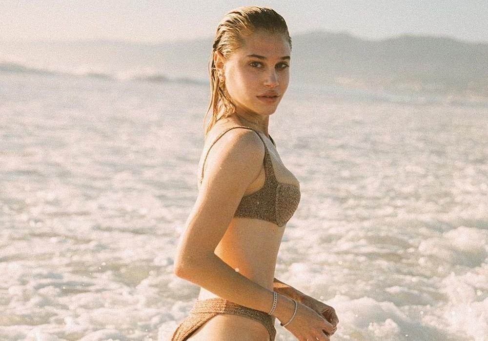 Vẻ đẹp bốc lửa của nàng mẫu Mỹ giống hệt bạn gái 'Người vận chuyển'