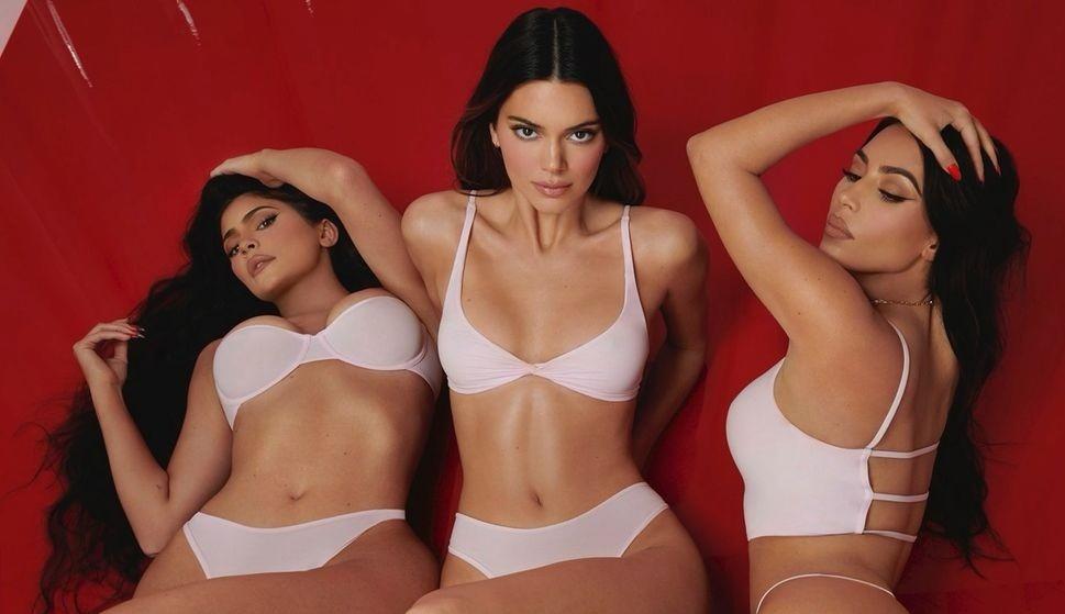 Chị em nhà Kim Kardashian gây 'bão' với nội y Valentine