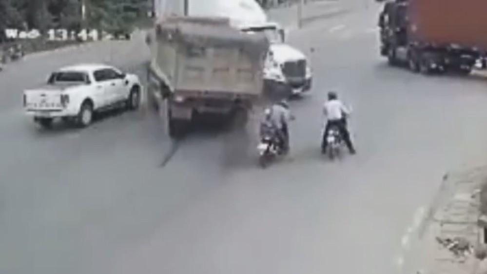 Pha đánh lái của xe ben tránh tai nạn thảm khốc