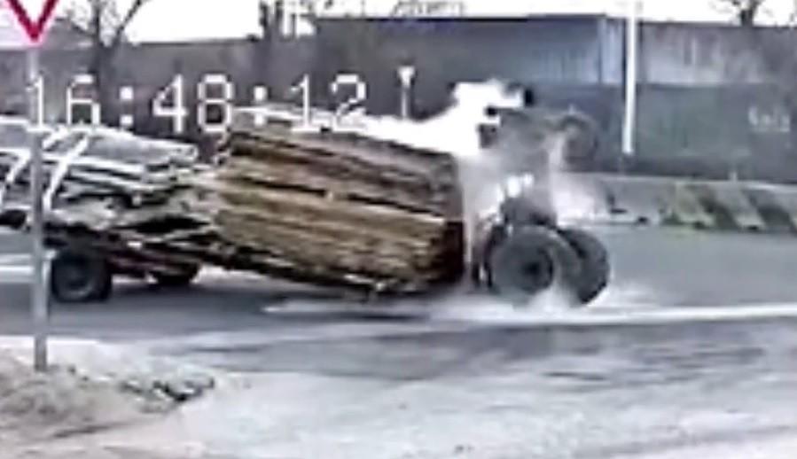 Máy kéo đang đi bỗng nhiên bốc đầu