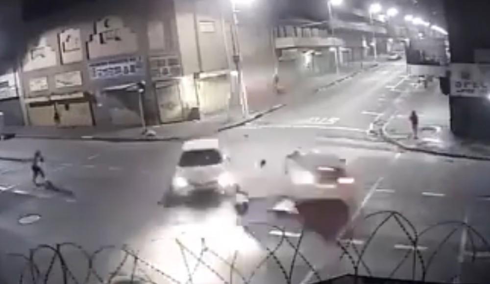Tông đuôi ôtô giữa giao lộ, sedan 'chuồn' khỏi hiện trường