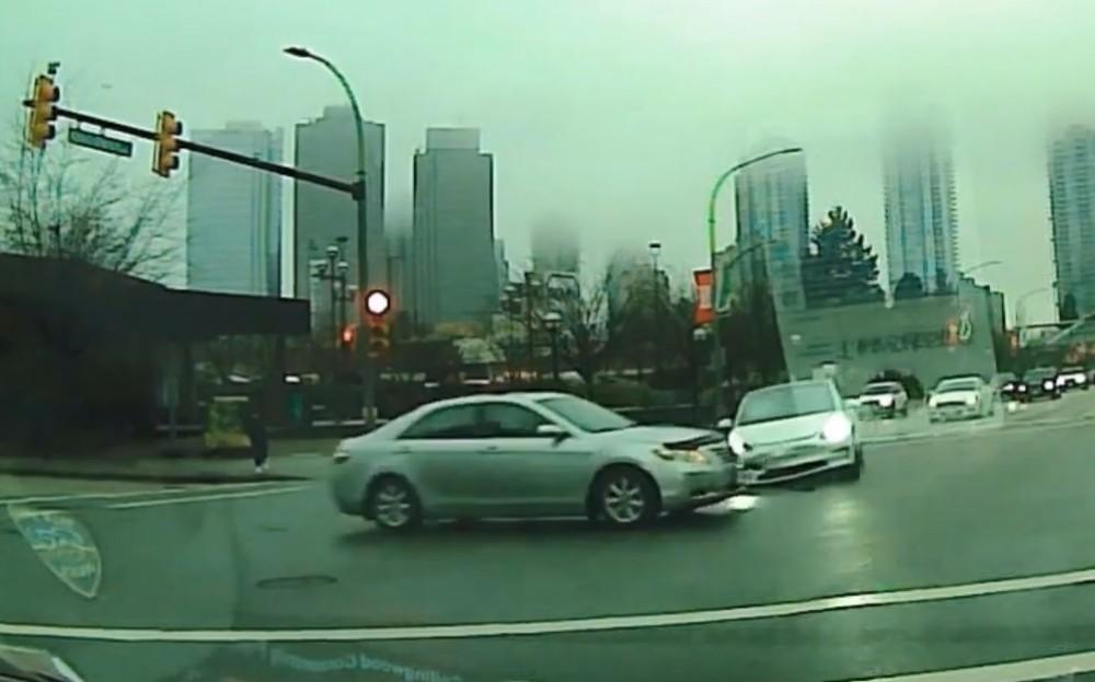 Xe điện Tesla tông sedan giữa giao lộ