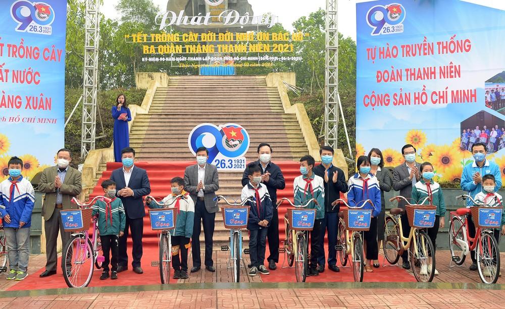 Trồng 10.000 cây xanh, tặng nhiều tủ sách, sân chơi tại Thái Nguyên