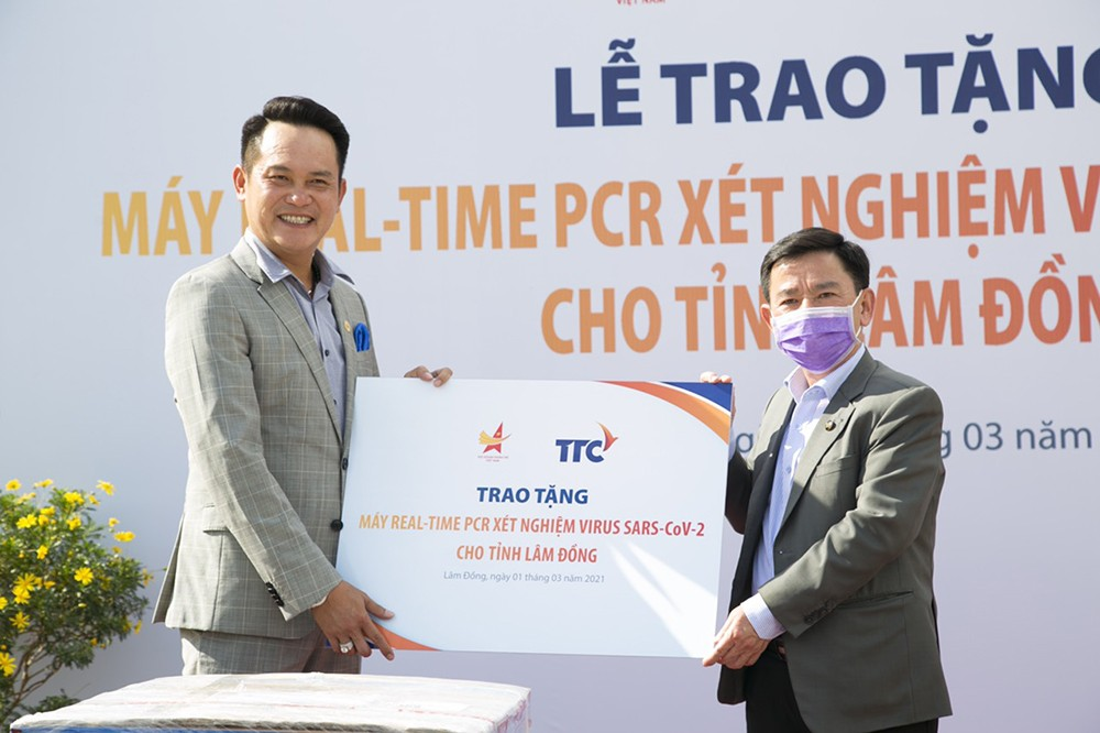 Hội Doanh nhân trẻ Việt Nam tặng máy xét nghiệm virus SAR-COV-2 với 96 mẫu cùng lúc