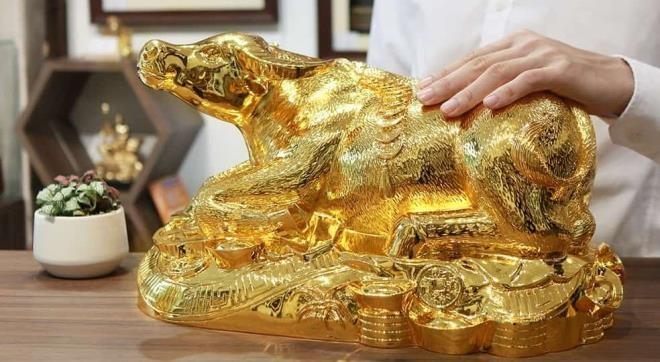 Thị trường ngày 25/1: Tượng trâu mạ vàng phong thủy gây 'sốt' thị trường quà Tết