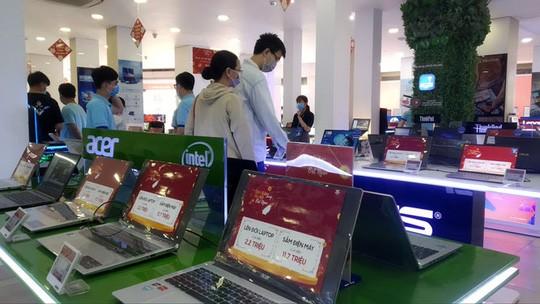 Thị trường 24/2: Laptop giá rẻ cháy hàng vì học online