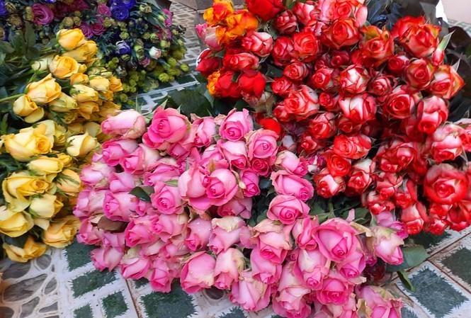Thị trường 7/3: Hoa hồng tăng giá gấp 5, trà đá 'chui' hét 30 nghìn đồng/cốc