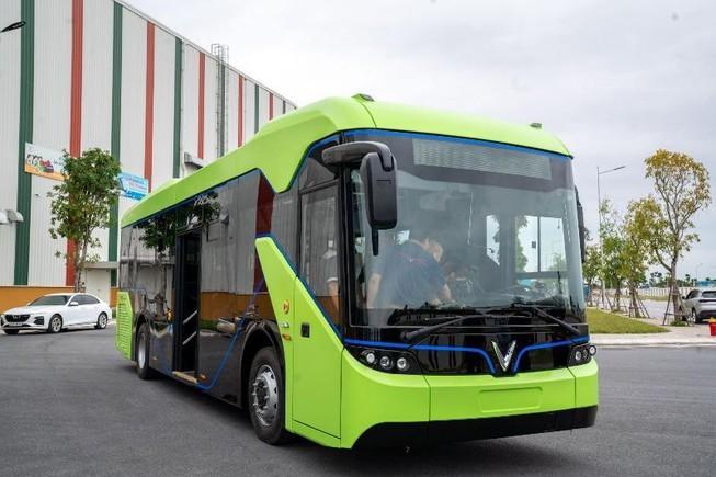 Xe buýt điện chờ cơ chế lăn bánh