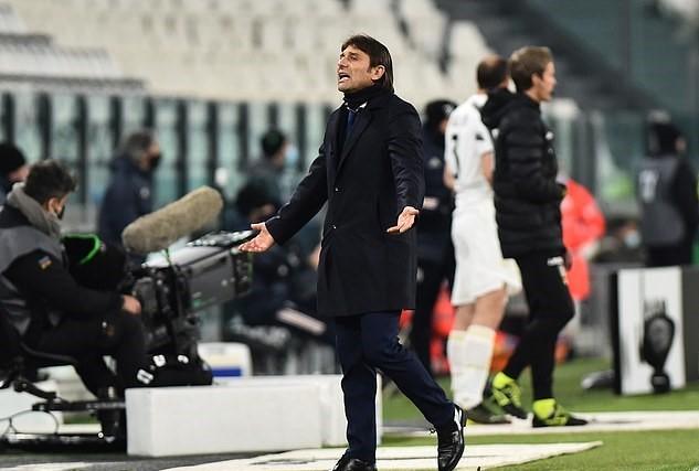 HLV Conte giơ 'ngón tay thối', mắng chửi thậm tệ chủ tịch Juventus