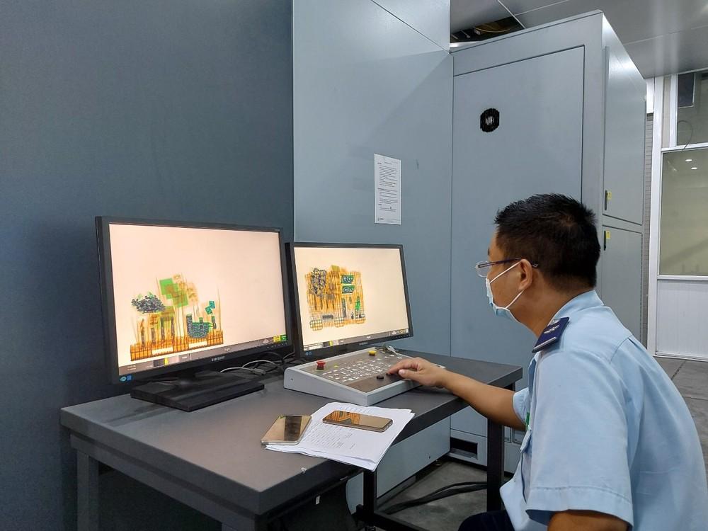 Hải quan giám sát hàng hóa qua máy soi chiếu container ngay cả trong dịp Tết.