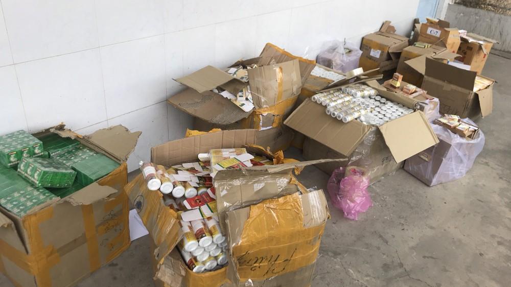 """Thu giữ hơn 4.000 hộp thuốc tân dược """"không ai nhận"""""""