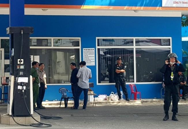 Cận cảnh cảnh sát vũ trang phong tỏa cây xăng ở TP.HCM