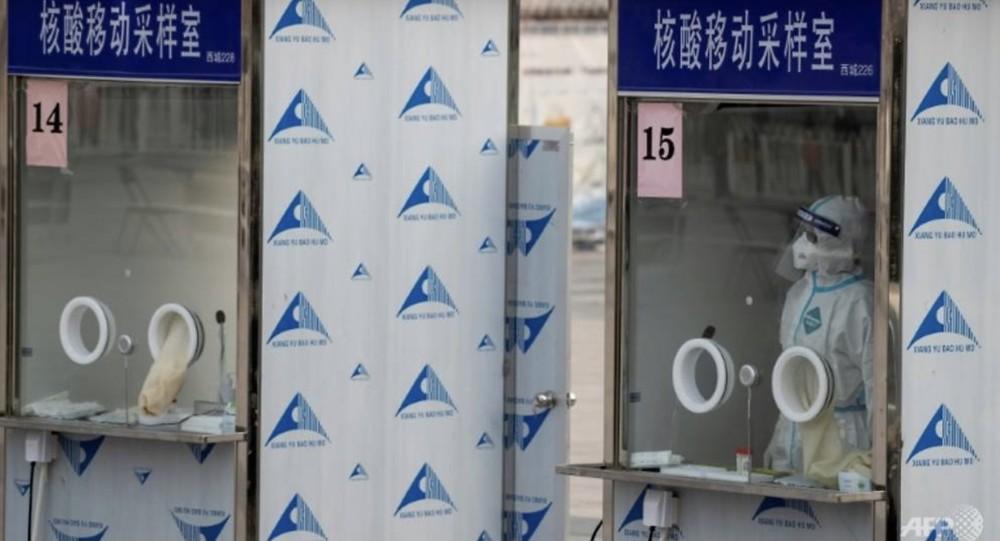 Trung Quốc lấy mẫu xét nghiệm COVID-19 từ... hậu môn