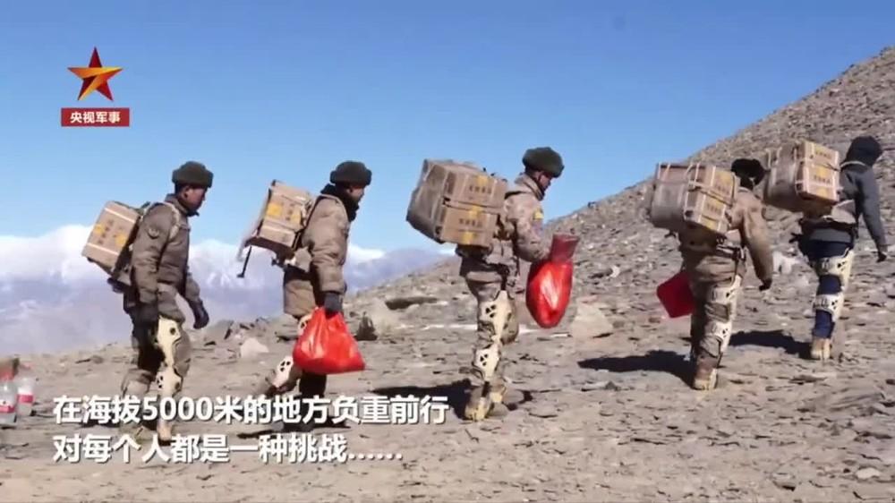 Binh sĩ Trung Quốc dùng 'khung xương trợ lực' mang quà Tết đến tiền đồn biên giới