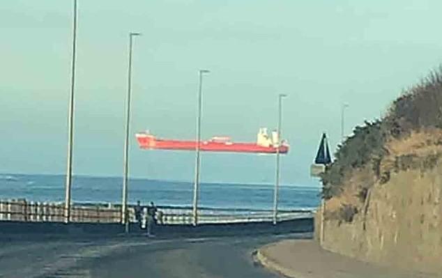 Tròn mắt cảnh con tàu khổng lồ ''trôi lơ lửng'' trên đường chân trời
