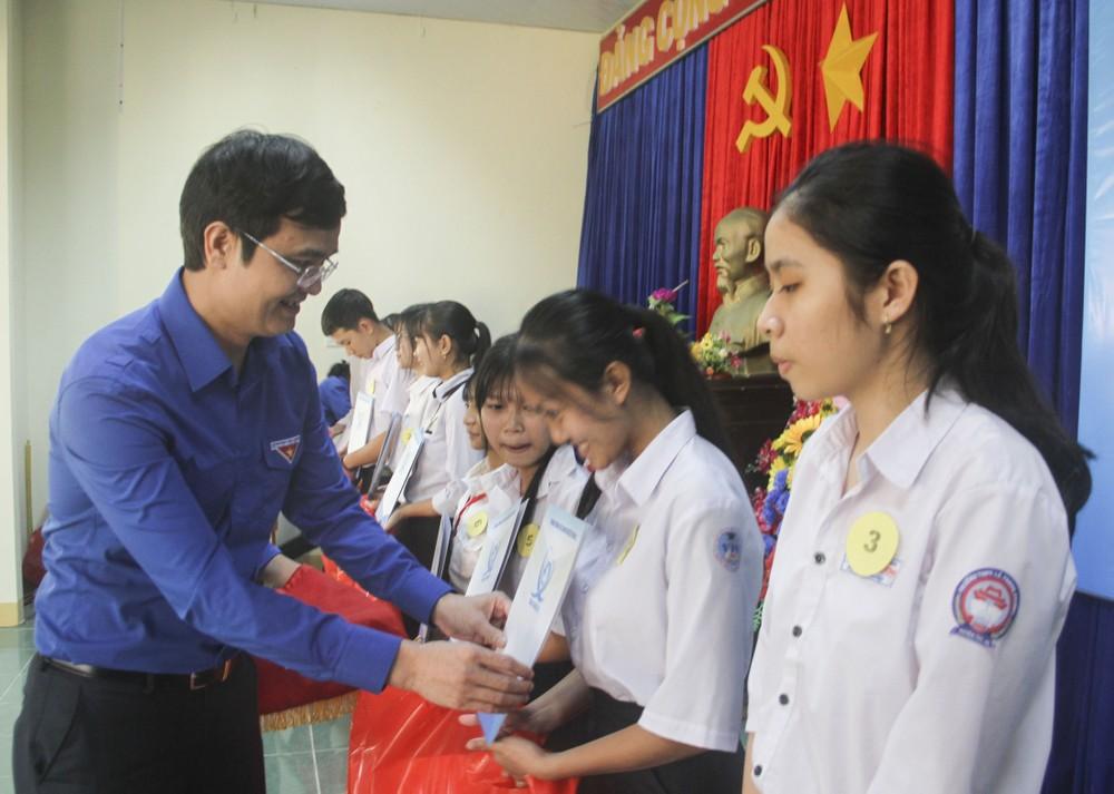 Bí thư Thường trực Trung ương Đoàn tặng quà Tết tại Phú Yên