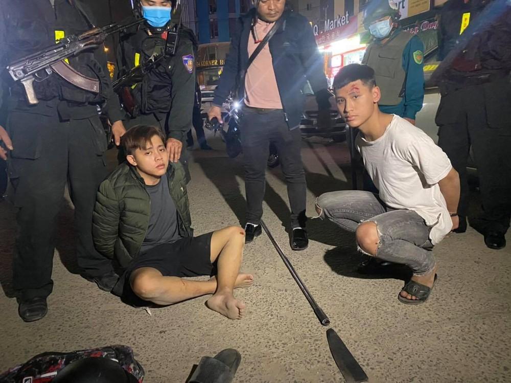 Công an nổ nhiều phát súng truy đuổi, 2 thanh niên dùng dao chống trả