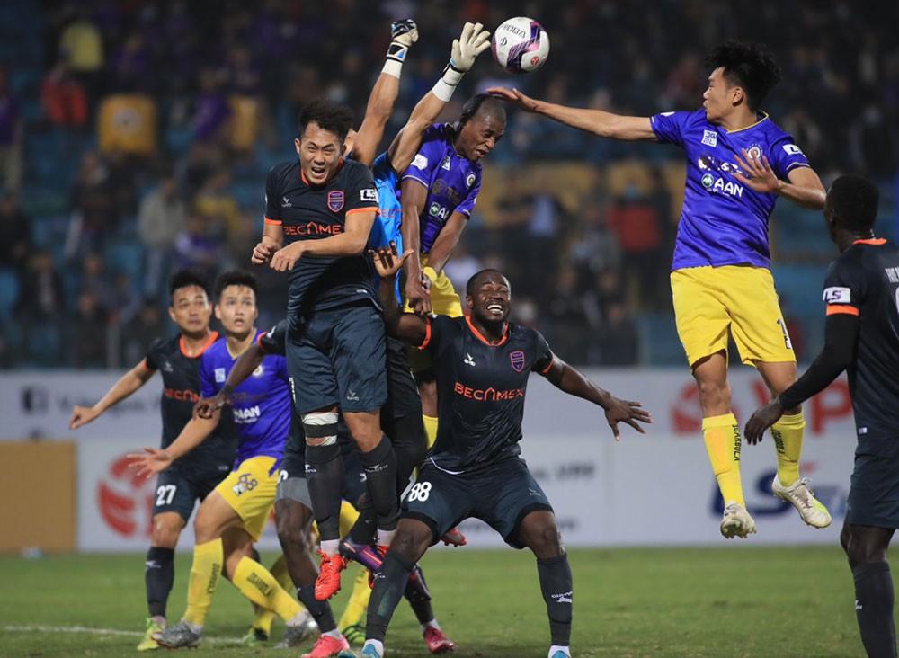 Nhiều sân bóng mở cửa với khán giả khi V-League trở lại