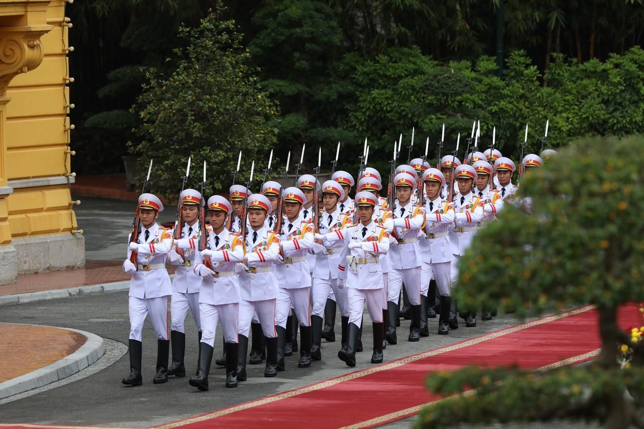 Thủ tướng Nguyễn Xuân Phúc chủ trì lễ đón thủ tướng Nhật Bản Suga Yoshihide ảnh 1