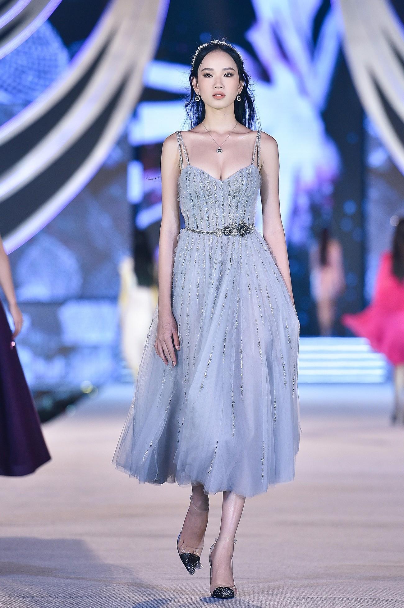 Thí sinh HHVN 2020 catwalk kiêu sa bên 2 nàng hậu Kỳ Duyên, Tiểu Vy ảnh 8