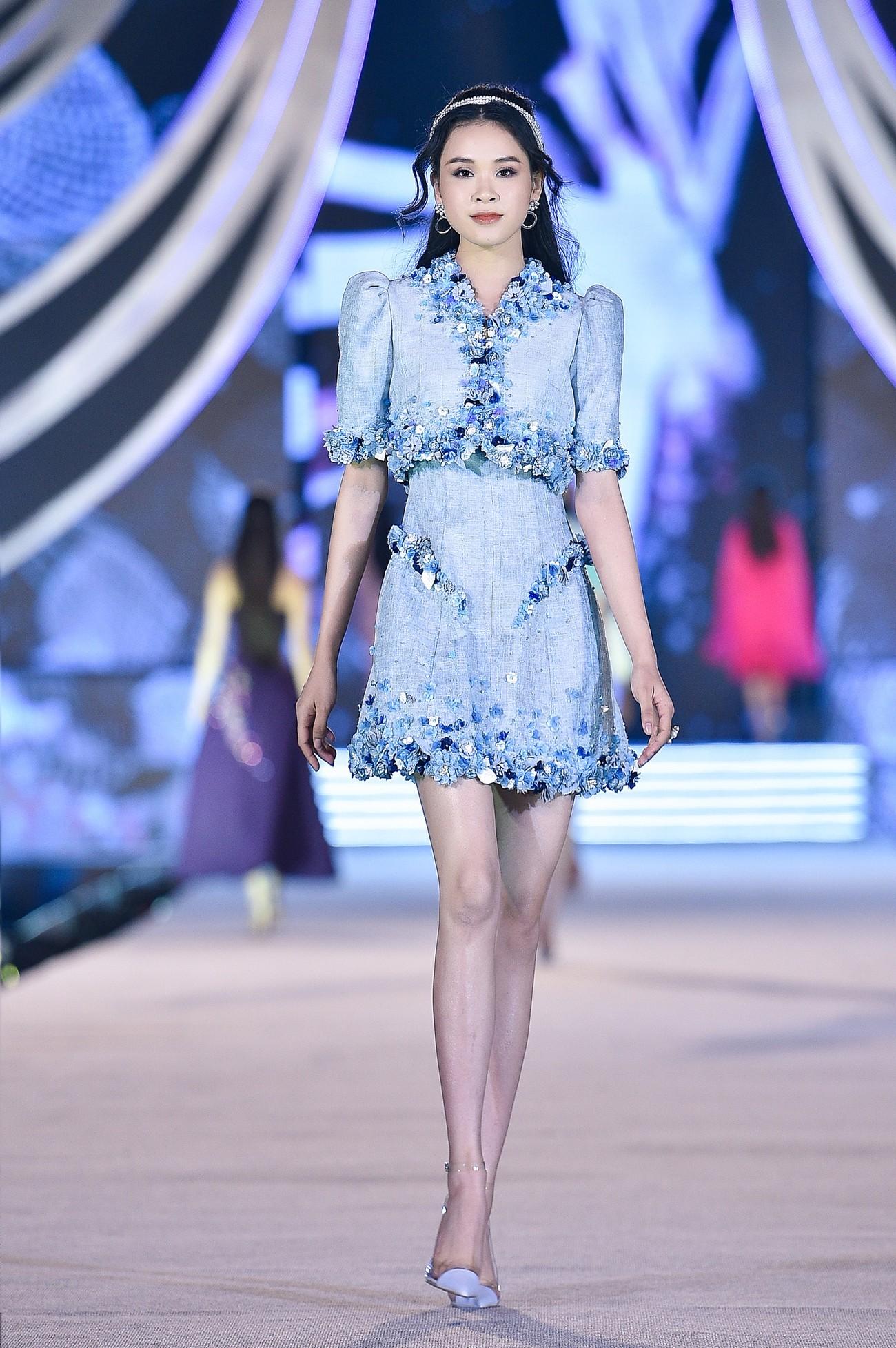 Thí sinh HHVN 2020 catwalk kiêu sa bên 2 nàng hậu Kỳ Duyên, Tiểu Vy ảnh 9