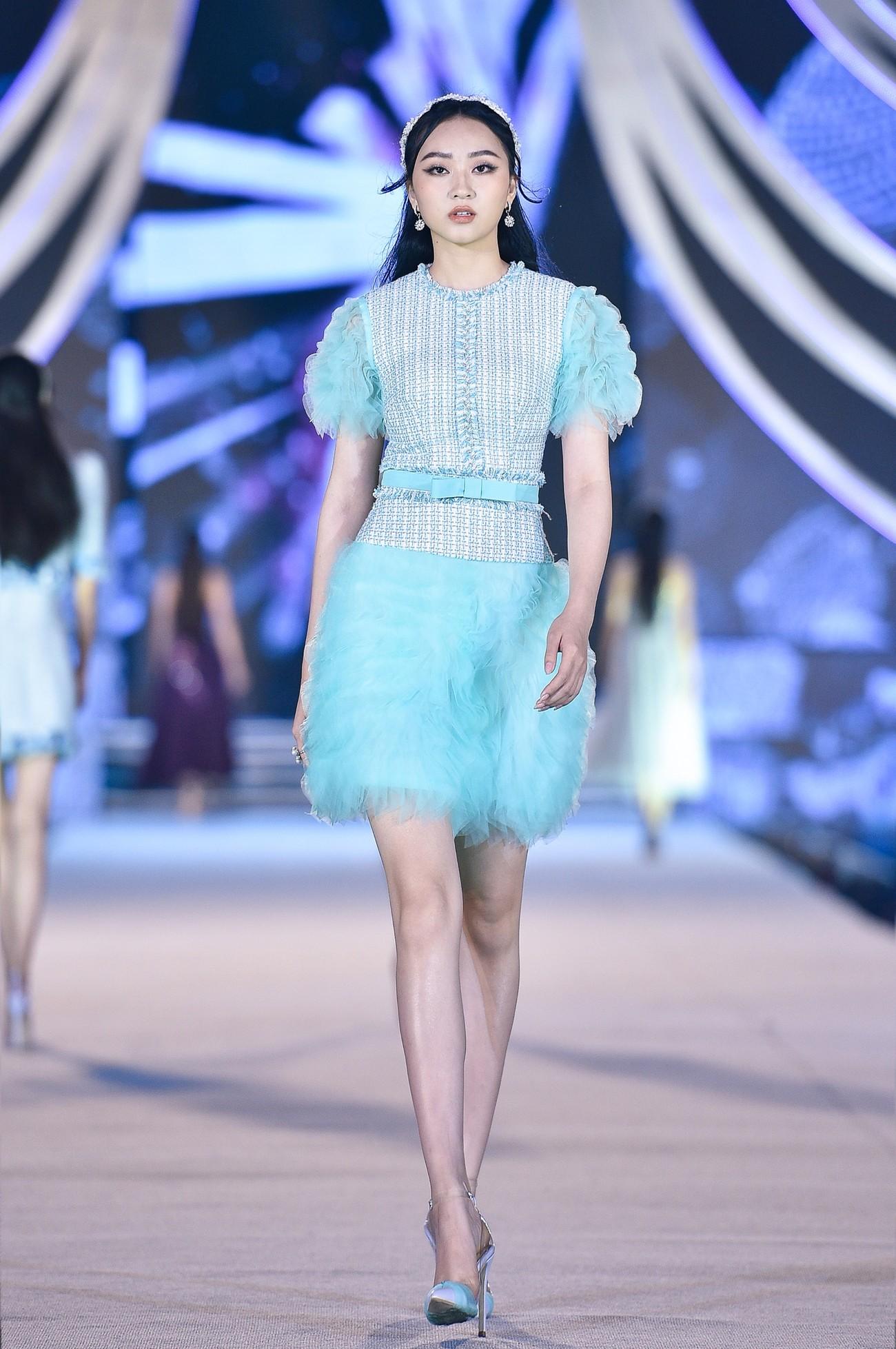 Thí sinh HHVN 2020 catwalk kiêu sa bên 2 nàng hậu Kỳ Duyên, Tiểu Vy ảnh 10