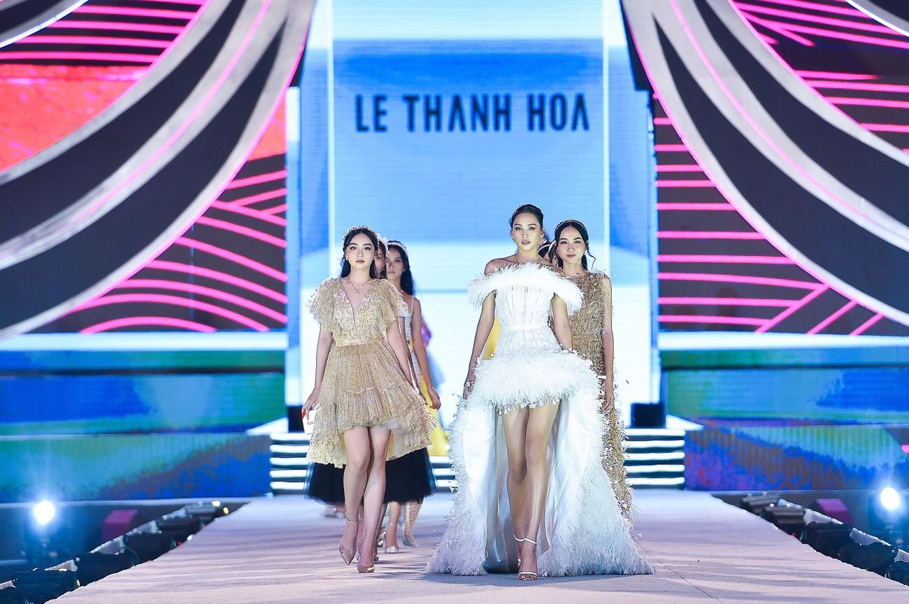 Thí sinh HHVN 2020 catwalk kiêu sa bên 2 nàng hậu Kỳ Duyên, Tiểu Vy ảnh 1