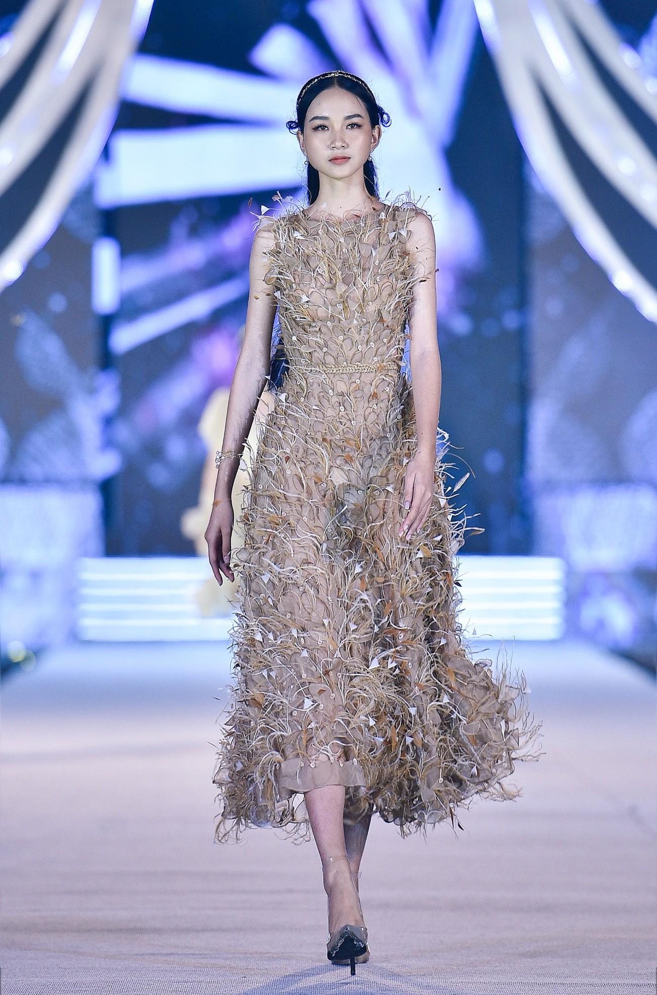 Thí sinh HHVN 2020 catwalk kiêu sa bên 2 nàng hậu Kỳ Duyên, Tiểu Vy ảnh 13