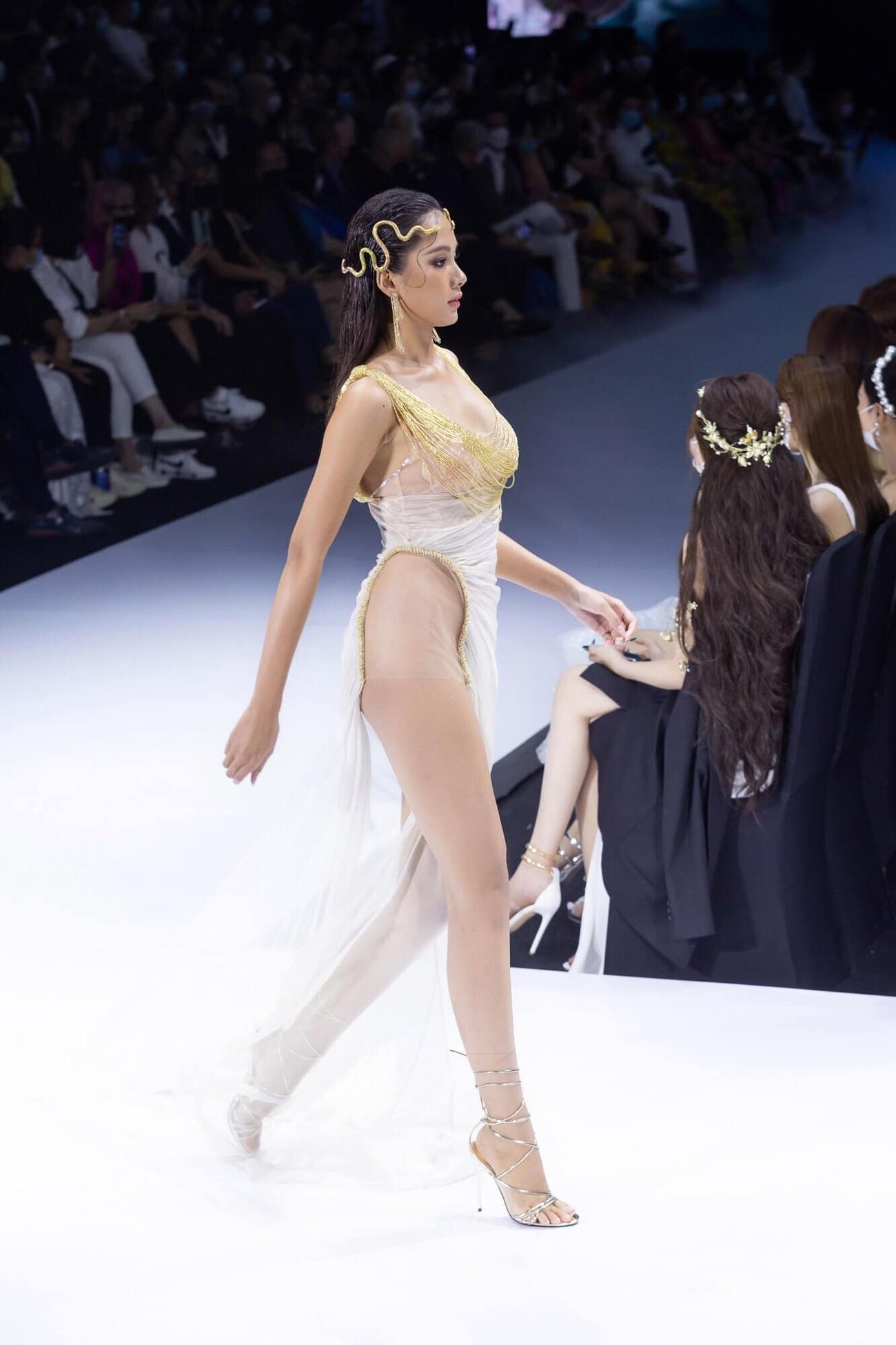 Dàn người đẹp của Hoa hậu Việt Nam 2020 thần thái cuốn hút trên sàn catwalk ảnh 7