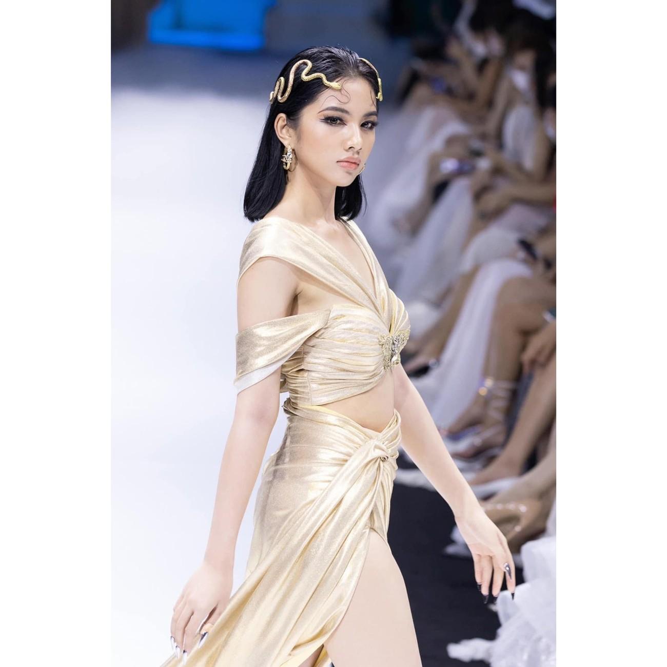 Dàn người đẹp của Hoa hậu Việt Nam 2020 thần thái cuốn hút trên sàn catwalk ảnh 10