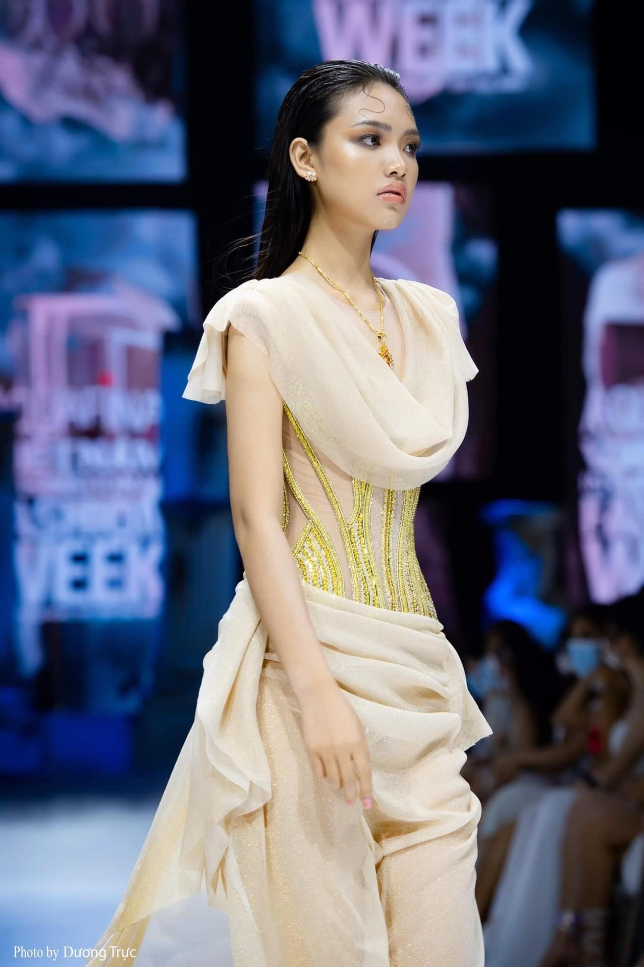 Dàn người đẹp của Hoa hậu Việt Nam 2020 thần thái cuốn hút trên sàn catwalk ảnh 15