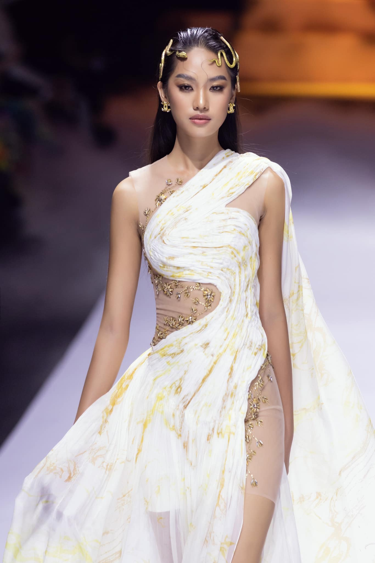 Dàn người đẹp của Hoa hậu Việt Nam 2020 thần thái cuốn hút trên sàn catwalk ảnh 2