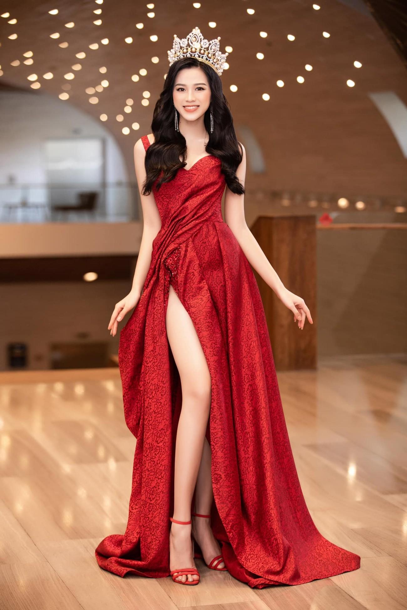 Hoa hậu Đỗ Thị Hà thần thái gợi cảm, quyền lực trong bộ đầm đỏ xẻ cao ảnh 4