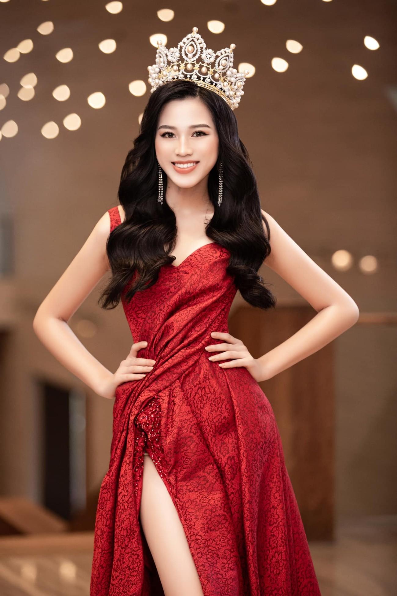 Hoa hậu Đỗ Thị Hà thần thái gợi cảm, quyền lực trong bộ đầm đỏ xẻ cao ảnh 1