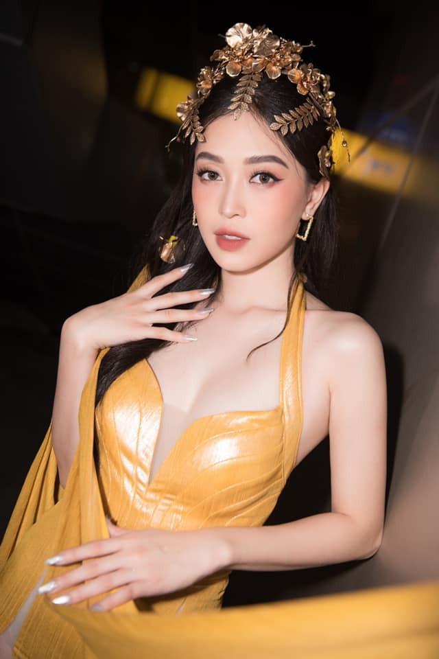 Á hậu Phương Nga diện đầm vàng hóa nữ thần kiêu sa ảnh 1