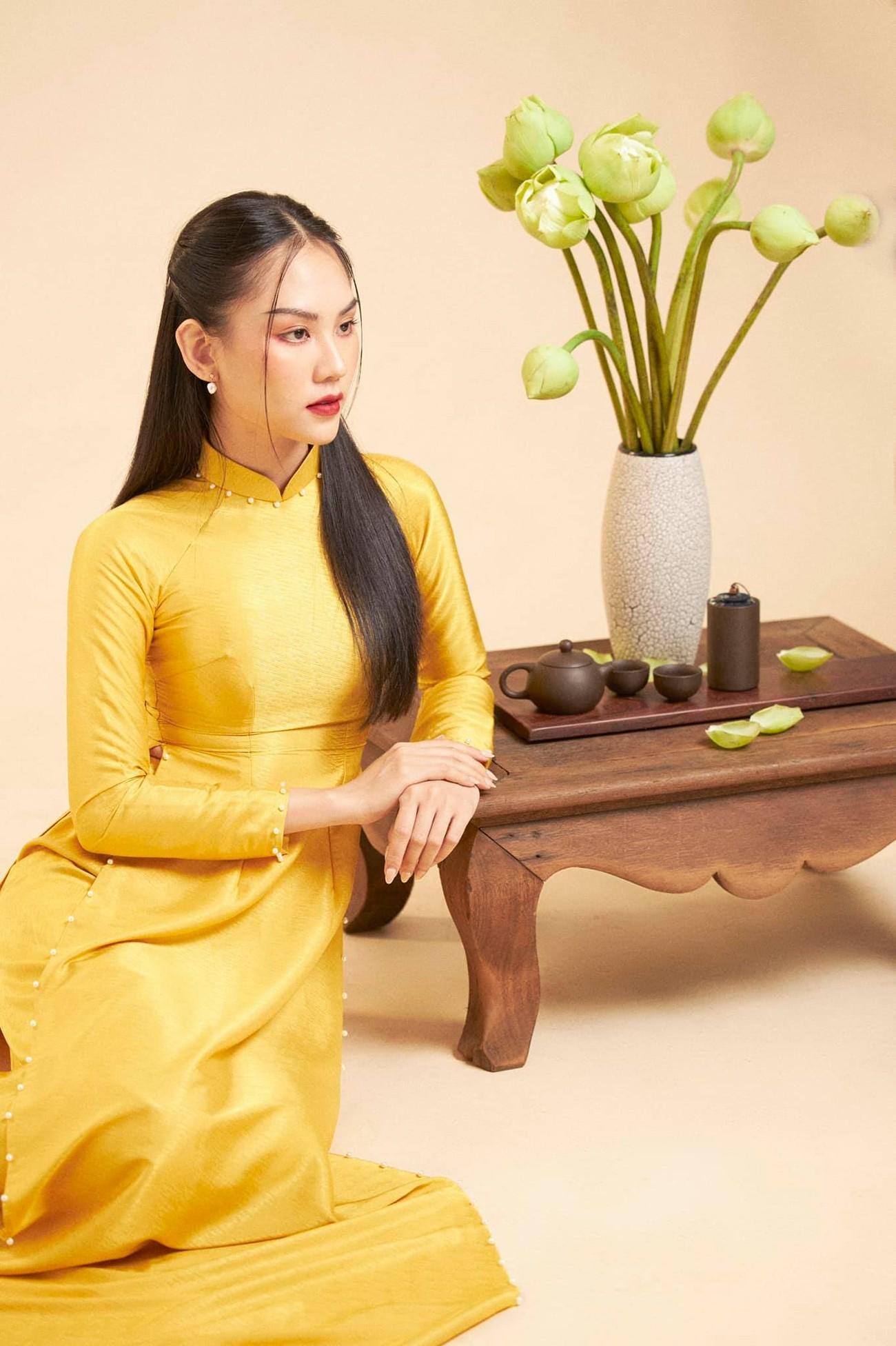Người đẹp Nhân ái Huỳnh Nguyễn Mai Phương mặc áo dài chụp ảnh bên hoa sen đẹp như tranh ảnh 4