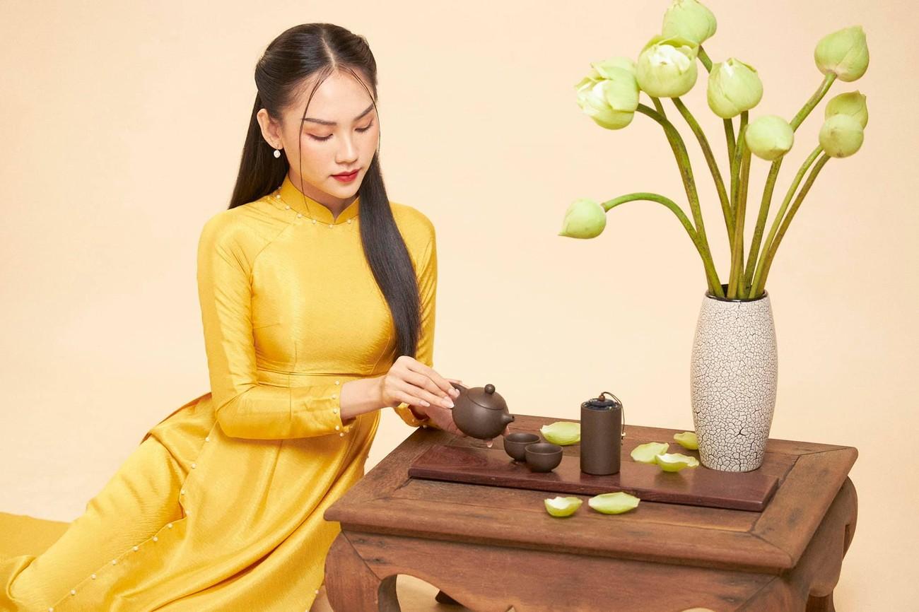 Người đẹp Nhân ái Huỳnh Nguyễn Mai Phương mặc áo dài chụp ảnh bên hoa sen đẹp như tranh ảnh 5