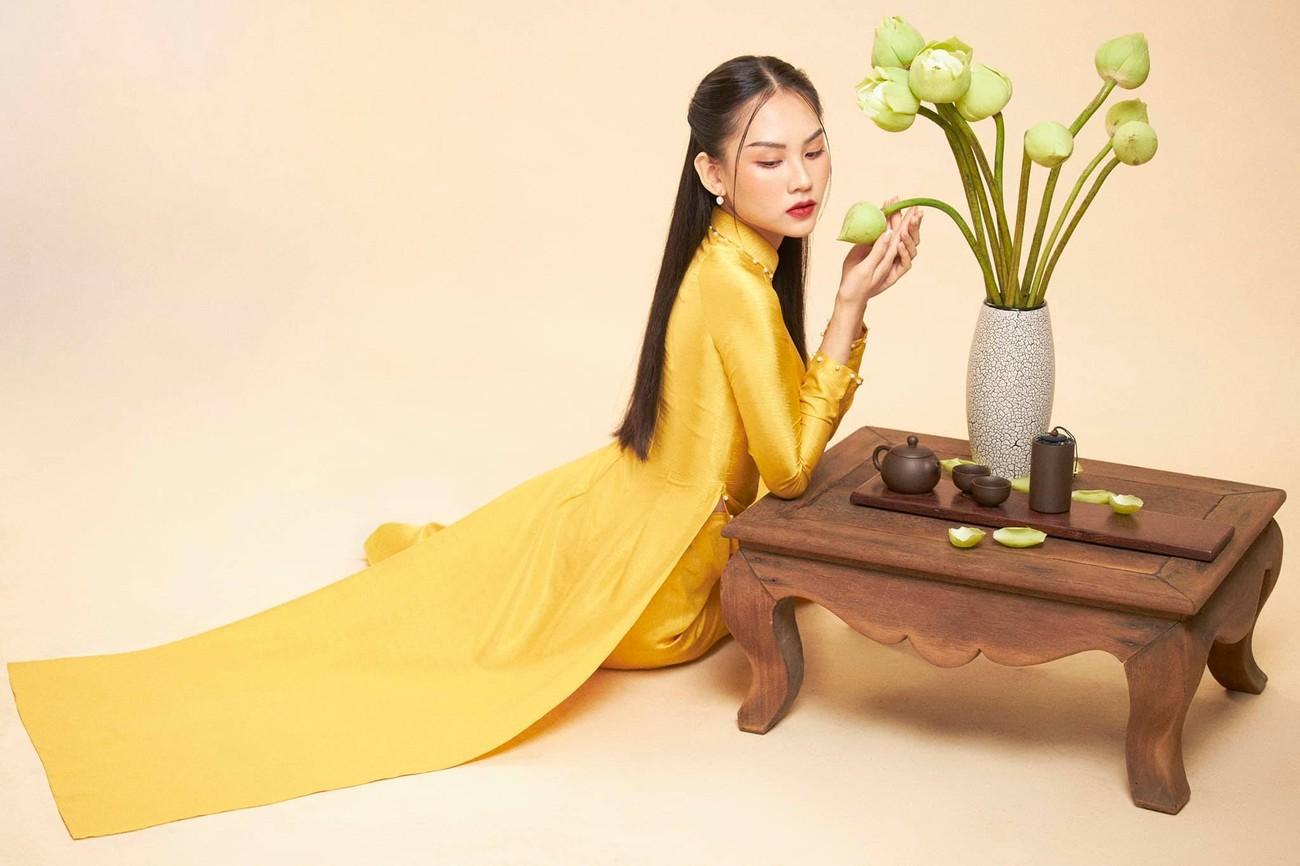 Người đẹp Nhân ái Huỳnh Nguyễn Mai Phương mặc áo dài chụp ảnh bên hoa sen đẹp như tranh ảnh 6