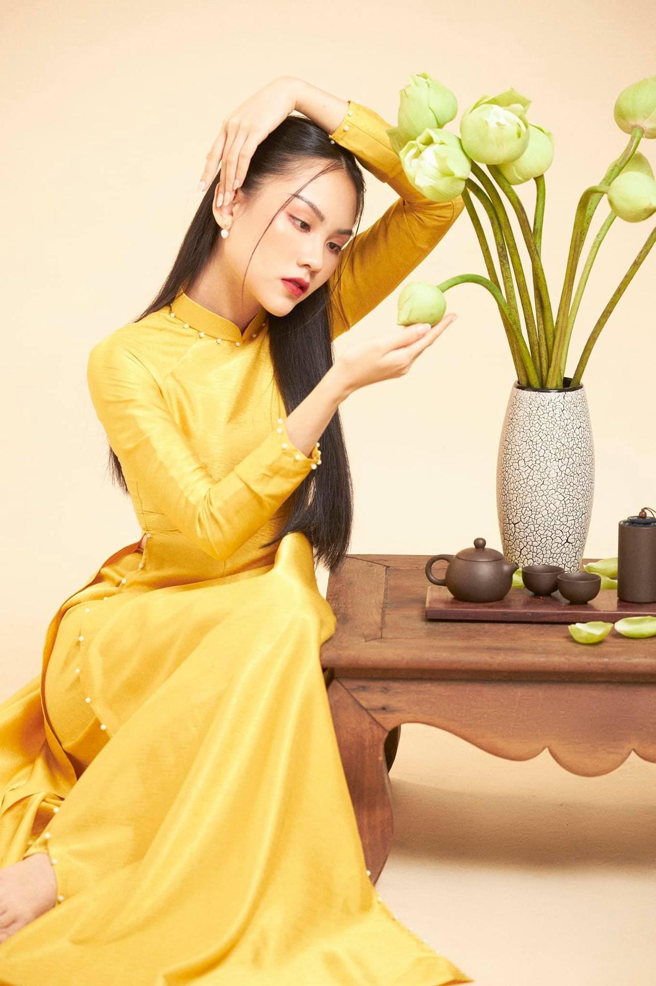 Người đẹp Nhân ái Huỳnh Nguyễn Mai Phương mặc áo dài chụp ảnh bên hoa sen đẹp như tranh ảnh 1