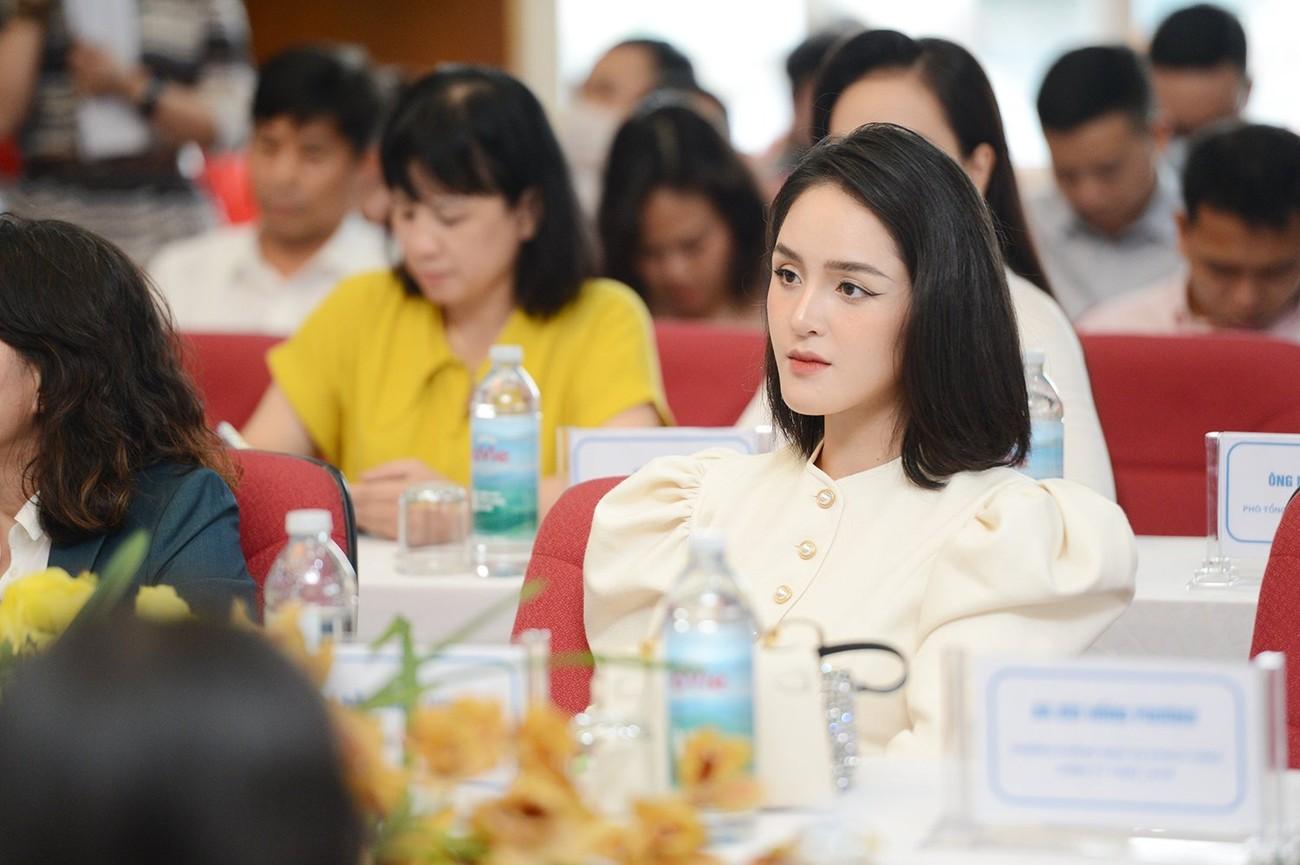 Hoa hậu Đỗ Mỹ Linh xinh đẹp rạng rỡ tại họp báo Tiền Phong Marathon 2021 ảnh 9