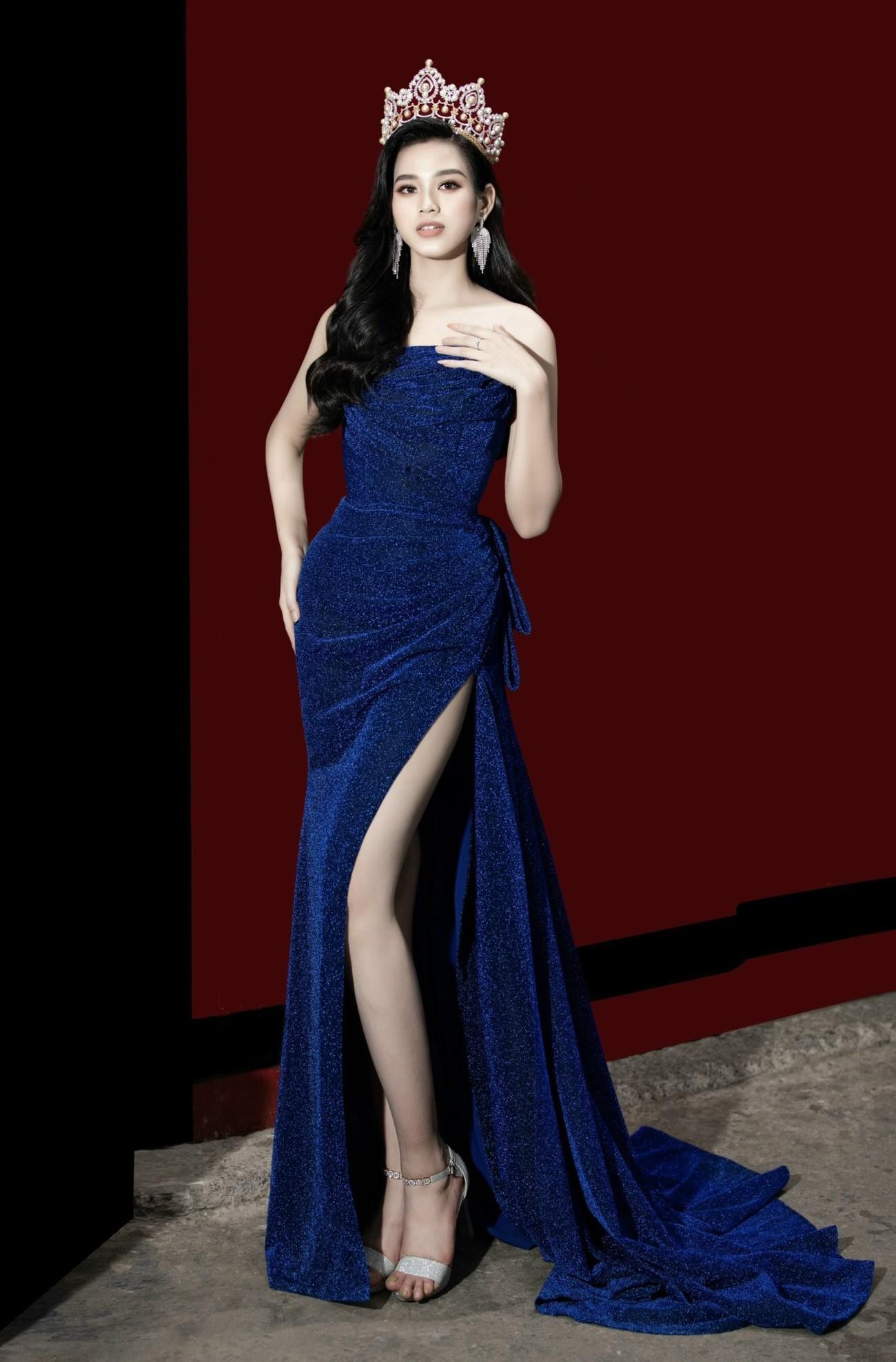 Hoa hậu Đỗ Thị Hà diện váy cúp ngực, xẻ cao khoe đôi chân 'cực phẩm' ảnh 4