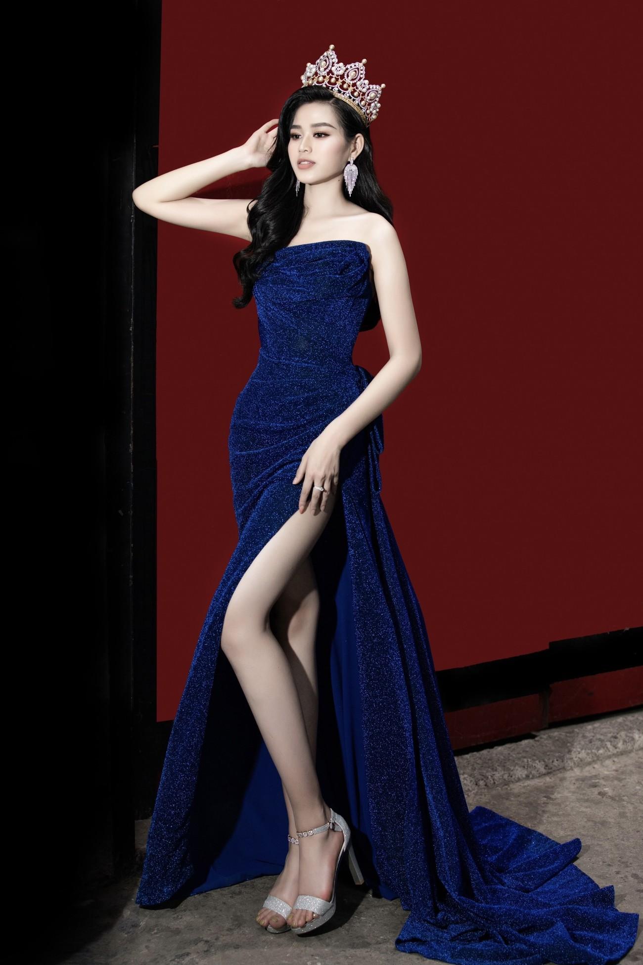 Hoa hậu Đỗ Thị Hà diện váy cúp ngực, xẻ cao khoe đôi chân 'cực phẩm' ảnh 2