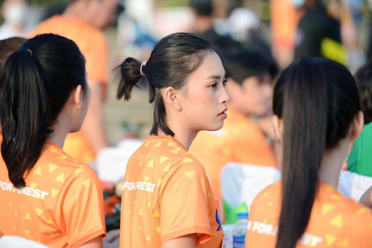 Hoa hậu Trần Tiểu Vy đẹp gây mê trên đường chạy Tiền phong Marathon ảnh 34