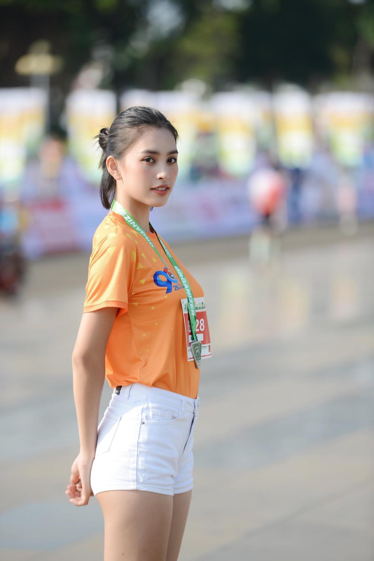 Hoa hậu Trần Tiểu Vy đẹp gây mê trên đường chạy Tiền phong Marathon ảnh 4
