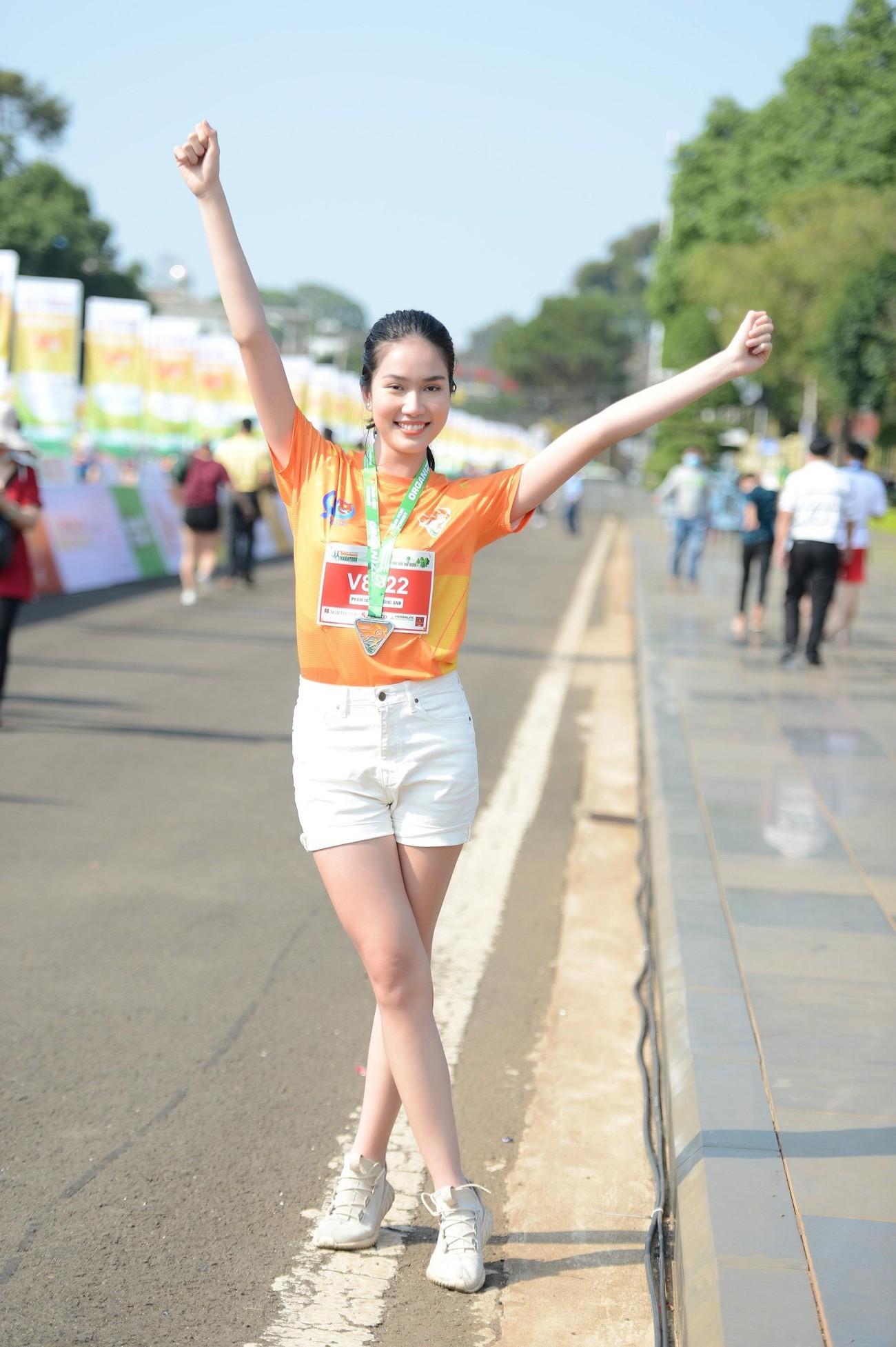 Hoa hậu Trần Tiểu Vy đẹp gây mê trên đường chạy Tiền phong Marathon ảnh 17