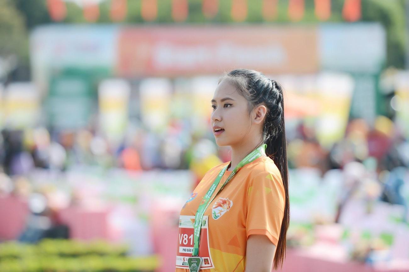 Hoa hậu Trần Tiểu Vy đẹp gây mê trên đường chạy Tiền phong Marathon ảnh 25