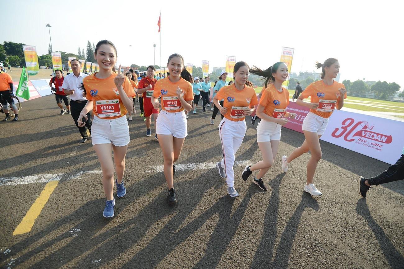 Hoa hậu Trần Tiểu Vy đẹp gây mê trên đường chạy Tiền phong Marathon ảnh 30