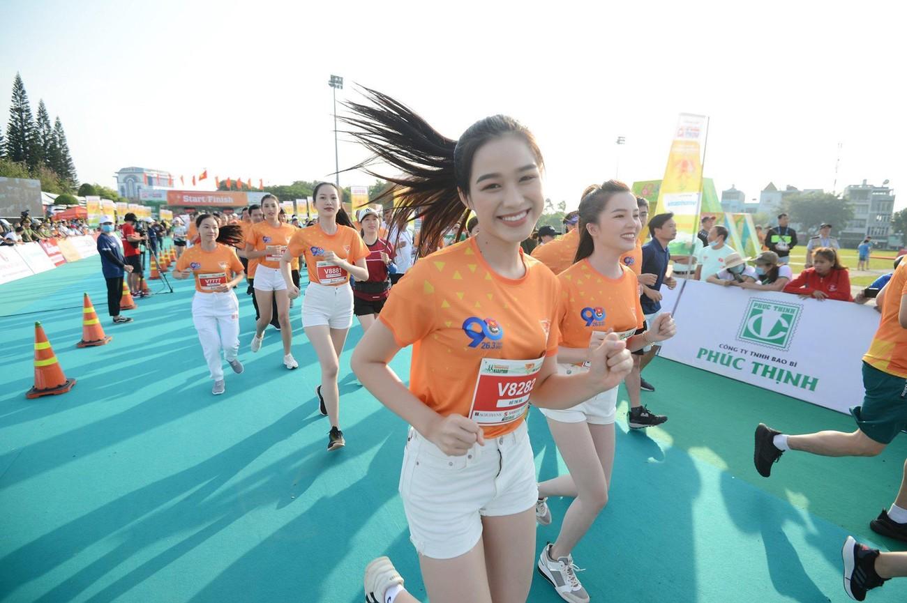 Hoa hậu Trần Tiểu Vy đẹp gây mê trên đường chạy Tiền phong Marathon ảnh 1