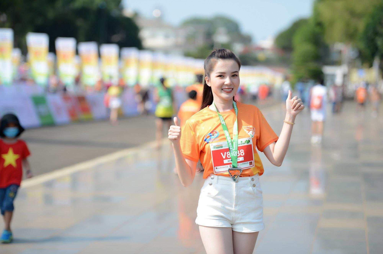 Hoa hậu Trần Tiểu Vy đẹp gây mê trên đường chạy Tiền phong Marathon ảnh 28