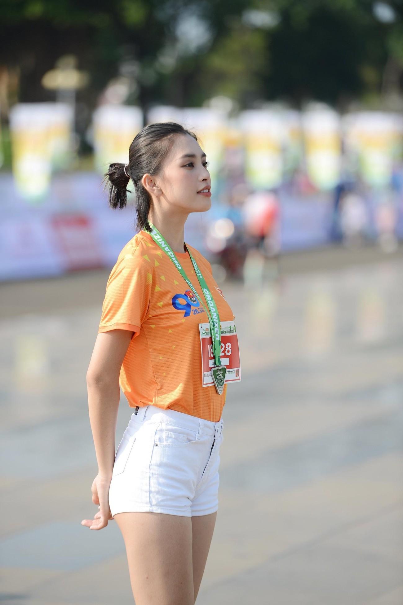 Hoa hậu Trần Tiểu Vy đẹp gây mê trên đường chạy Tiền phong Marathon ảnh 7